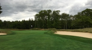 #10 - Par 4 - Short right bunkering